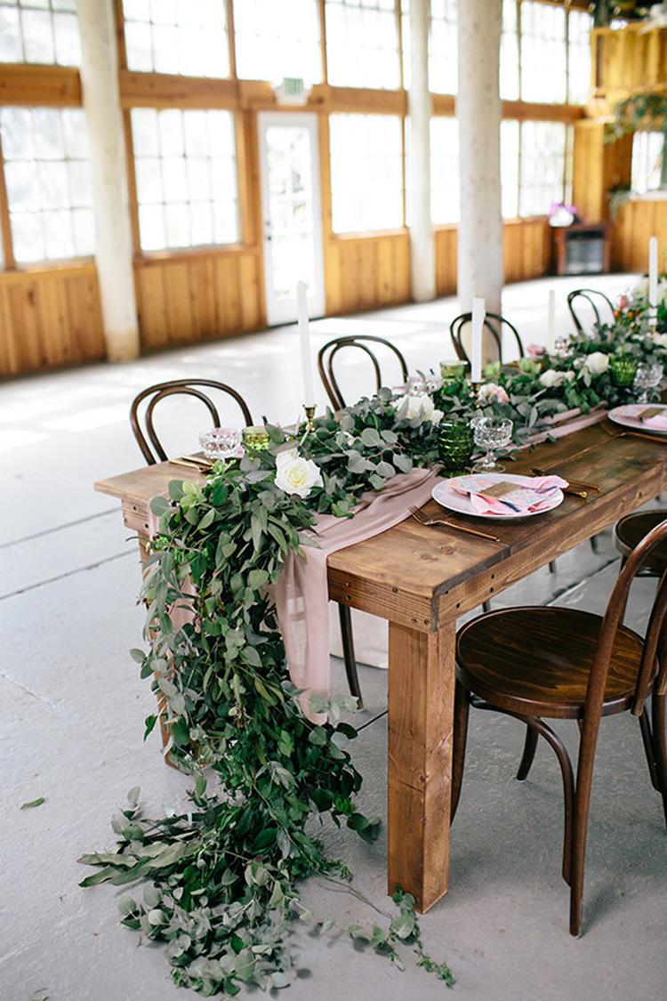 oragnic,long,greenery,garland,and,dusty,fabric,wedding